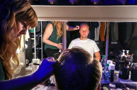 PEER GYNT: Jonas Fuglevik Urstad er godt i gang med øvelser på Det Norske Teatret. Her sminkes han av maskør Elisabeth Andresen.