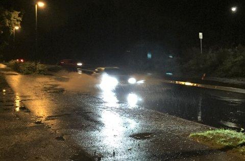 SPRUT: Flere biler traff vannet som samlet seg og sprutet godt ved gang- og sykkelveien nord for Verket mandag morgen.