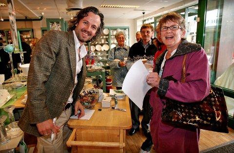 Ari Behn signerte sitt nye servise Peacock hos Frisenfeldt i gågata da det ble lansert i 2007. Her med Eldrid Gunnerdu fra Son. SVEIP FOR Å SE NOEN AV ANNONSENE.