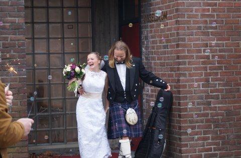 Såpebobler og glede. Det ble en annerledes, men hyggelig bryllupsfeiring for Susanne og Martin Rasten.