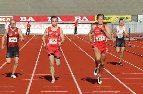 HØY STATUS: Fredrik Gerhardsen Øvereng (til høyre) som her løper side om side med lagkamerat Jørgen Homstad under NM i Bergen i 2020, mener  NM vil ha samme status selv om det blir arrangert helt på tampen av sesongen.