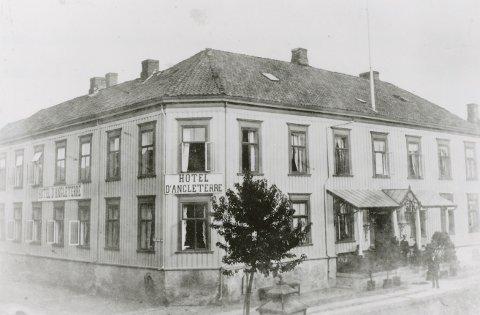 Det har alltid vært antatt at Hotel d'Angleterre, som ble grunnlagt i 1839, var Trondheims første hotell. Dette viser seg imidlertid å ikke medføre riktighet, skriver Terje Bratberg. Avbildet er Hotel d'Angleterre, grunnlagt av Ole Nielsen. Han startet i 1842 Hotel d'Angleterre i gården som var nyoppført etter storbrannen i 1841. Eiendommene Carl Johans gate 11 og 13 ble innkjøpt 1873 og slått sammen med hotellet 1898. Gården ble 1919 solgt til Haakon Høyer, som drev hotellet inntil det ble nedlagt i 1938. Henrik Ibsen bodde på Hotel d'Angleterre når han besøkte Trondheim. (Kilde: Bratberg, Terje: Trondheim Byleksikon)