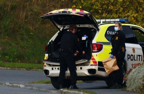 Her henter politiet ut bevis fra stedet.