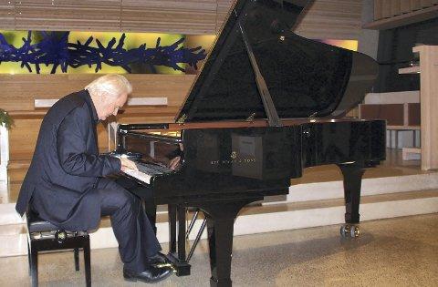 MUSIKALSK GAVE: Musiker Ketil Bjørnstad fremførte sin egenkomponerte Østmarkasuite under jubileumsfesten i Bøler kirke. Alle foto: Steinar Saghaug