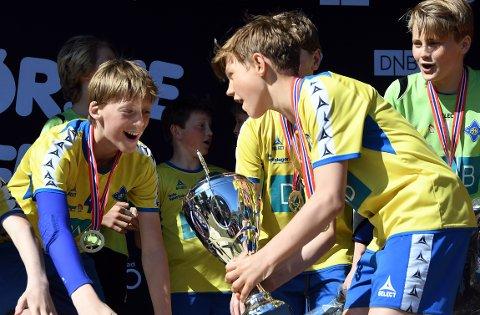 JUBEL OGSÅ FOR G13: Bækkelagets G13 kunne også løfte trofeet etter 11-9 seier over Fjellhammer.