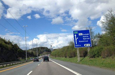 ASFALTERES: Det blir halv kapasitet på E6 mellom Åsland og Klemetsrud grunnet asfaltering av inngående felt. Arkivfoto