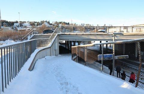 NÅ: Sykkelhotellet skal komme her under brua ved T-banen på Ryen, men foreløpig er det lite byggeaktivitet. Foto: Nina Schyberg Olsen