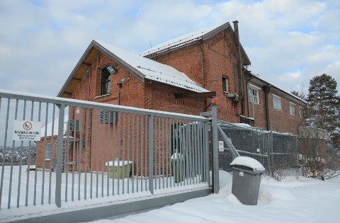 UVISS FREMTID: Hva den nedlagte eterfabrikken på Bogerud skal brukes til i fremtiden er foreløpig usikkert. Enn så lenge er porten stengt.