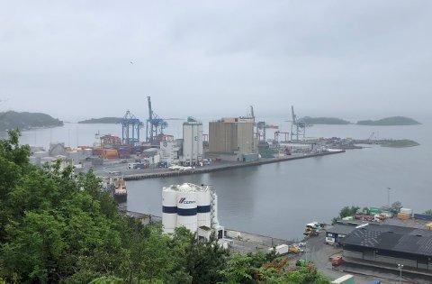 SJURSØYA: En person får legetilsyn etter at en truck veltet ved containerterminalen på Sjursøya.