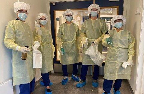 HYLLES: Håkon, Kim André, Julie, Ilknur og Kjell,  her i smitteutstyr, har stått på for å begrense smitte ved omsorgsboligene.