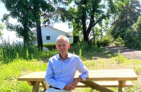 Dag Sjøberg forteller at mange har tatt i bruk de nye benkene som er satt ut på grøntområdet i Holtveien 2. Nå håper han og mange hundre andre at bystyrepolitikerne støtter forslag om park på tomten.