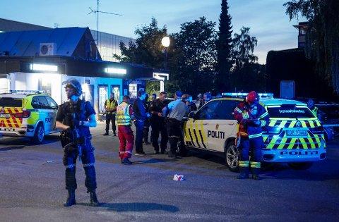 Politi og ambulansepersonell ved ved Brynseng T-banestasjon i Oslo, der en person ble skutt mandag kveld.