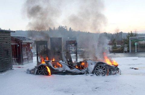 Brokelandsheia  20160101. En Tesla ble totalskadd etter at den tok fyr under lading på en hurtigladestasjon på Brokelandsheia i Gjerstad kommune i Aust-Agder fredag. OBS kredit. Foto: www.iGjerstad.no / NTB scanpix