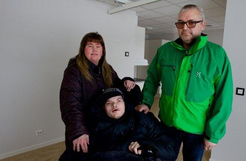Leif Harald sammen med mamma Ann-Merethe og pappa Odd Harald Nørgård i leiligheten de hadde planlagt å flytte inn i.