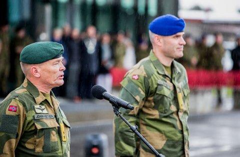 NY SJEF: Hærsjef Odin Johannessen (tv) sammen med den nye brigadesjefen, Lars Sivert Lervik.