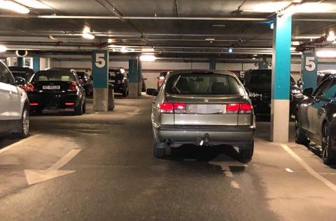I VEIEN: Her skal du ikke parkere.