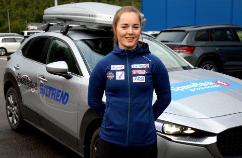 FØRSTE NAPP: Vilde Nilsen foran bilen hun har fått seg gjennom en avtale med Biltrend og lokale samarbeidspartnere.