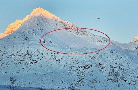 STORT SKRED: Det har gått flere skred rundt Skitntinden på Kvaløya. Det er vurdert som for farlig å sende mannskap inn i området til fots.