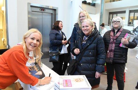 Kostholdspredikant: Berit Nordstrand hadde det travelt med boksignering før foredraget på Strand Hotell. Foto: henning Gulbrandsen.