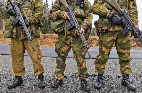 VIKTIG TRENING: - En viktig del av treningen består i å bli godt kjent med våpnet sitt, sier stabsersjant John-Anders Strande Strande. Soldatene ønsket ikke ansiktet sitt i avisen mens de bar våpen.