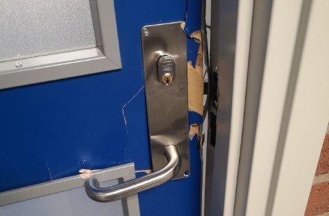 DYRT: Flere dører var blitt brutt opp eller sparket inn på Nord-Aurdal ungdomsskole natt til lørdag.