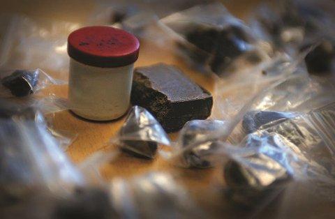 BESLAG: Politiet fant rundt to gram hasj i bilen til 22-åringen.