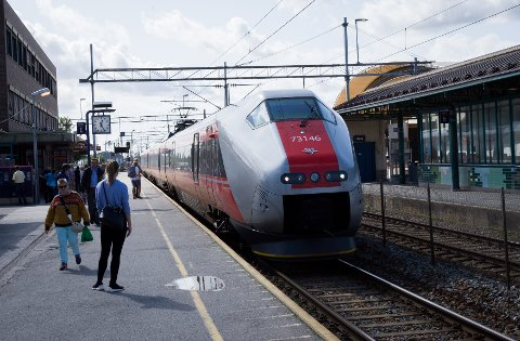 IKKE FORSINKET: Regiontoget fra Halden ankommer Ski stasjon tirsdag formiddag, i rute.