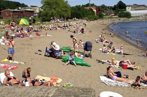 FLOTT TOMT: Dette bildet fra 2002 viser at stranda ikke kom med hotellet, men at et gjerde gjorde stranda mindre enn den er i dag. Artikkelforfatteren hevder ganske hardnakket at det korrekte navnet på stranda er «Batteritomta».