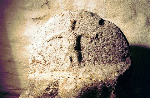 GRAVMINNER: Denne halvmåneformede gravgavlen med sitt primitivt uthogde krusifiks skriver seg trolig fra 1100-1200-tallet og er det eldste gravminne vi kjenner fra kristen tid i LARVIK. Det har tilhørt en grav ved Berg steinkirke og oppbevares nå inne i kirken.