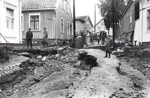 Den gang gatene ikke hadde fast dekke kunne kraftig og langvarig regnvær forårsake store skader. Dette bildet er tatt i Langes gate på Langestrand etter rekordnedbøren 4. oktober 1934.