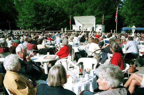Under den årlige Utflytterdagen i Bøkeskogen avsynges Larviksangen stående