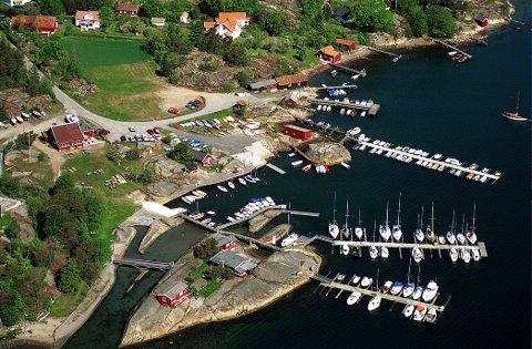 Flyfoto over Seilerhytta i Viksfjord. Larvik Seilforenings hjemmearena i Ødegården ved Viksfjord.