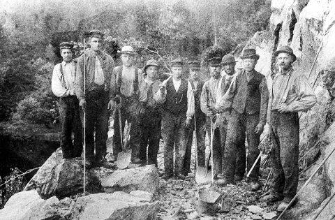 SVARTANGVEIEN. Med muskelkraft, spader og hakker, mineringsbor og spett ble de gamle veiene bygd. Dette er arbeidsgjengen som bygde den nye veien forbi Skjærsjø i 1904 etter at et stykke av den gamle hadde rast ut i vannet.