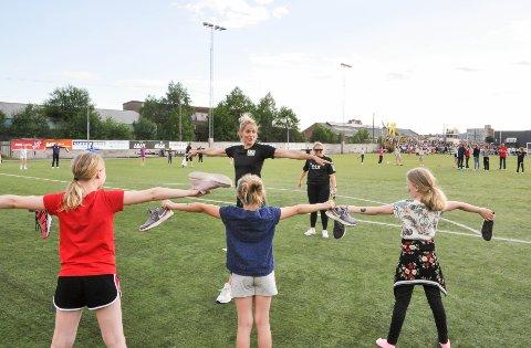 """OPPMUNTRING: """"Mesternes mester""""-vinner Gro Hammerseng-Edin heiet på jentene under håndballskolens versjon av konkurransen."""