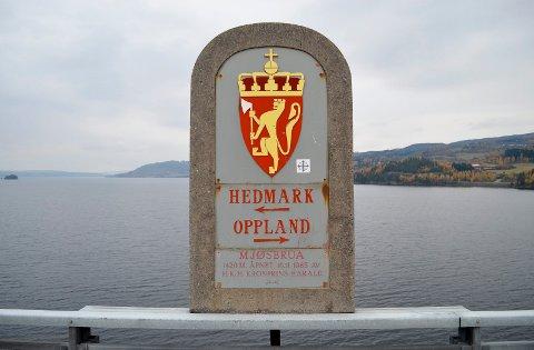 STÅR STØTT: Grensesteinen mellom Hedmark og Oppland midt på Mjøsbrua står støtt. Hedmark vil ikke slå seg sammen med Oppland.  (Foto: Bjørn-Frode Løvlund)
