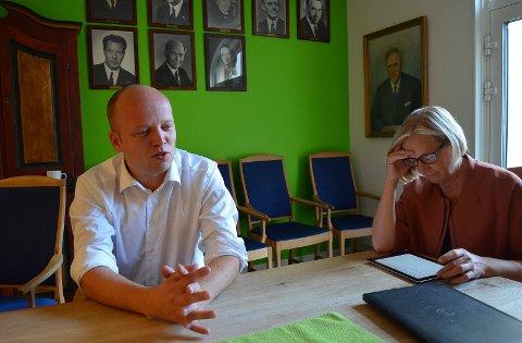 STÅR PÅ: Partileder Trygve Slagsvold Vedum og parlamentarisk leder Marit Arnstad, her på partikontoret i Oslo, jobber fortsatt for å gjøre om regionreformen. (Foto: Bjørn-Frode Løvlund)