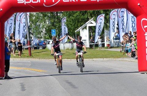 DELT SEIER: Lagkompisene Steffan Hartz Repshus (til venstre) og Ole Dalsjø syklet sammen over mål og delte seieren i Trysilrittet lørdag.