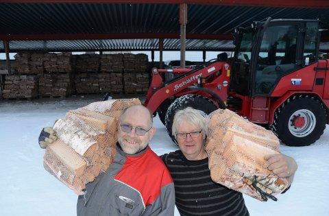 VEDPRODUKSJON:  Vedproduksjon er en del av virksomheten. Her Ørn Bragir Rafnsson, til venstre, sammen med avdelingsleder Per Tore Sorknes.