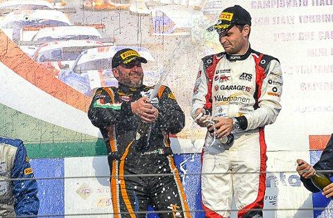 SEIERSJUBEL: Luca Magnoni (til venstre) og Aleksander Schjerpen kunne sprette champisen etter å ha vunnet den nest siste runden i det italienske GT-mesterskapet.
