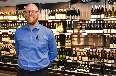 SELGER MYE: Butikksjef Hans Olav Kjeljebakken opplyser at Vinmonopolet i Elvrum selger mye av Elverumsakevitten.