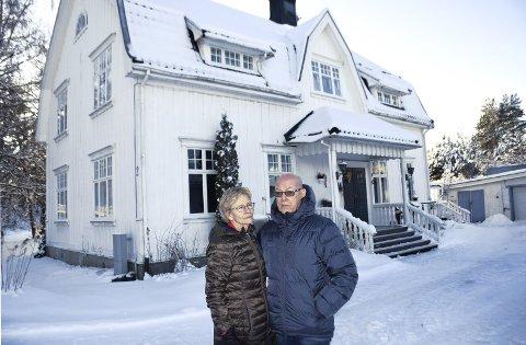 VAR NÆR Å MISTE HUSET: Tage Hansen og kona Berit Hals i Elverum havnet i et økonomisk uføre da Tage fikk svulst på hjernen. - Det har vært ei grusom tid, sier de.