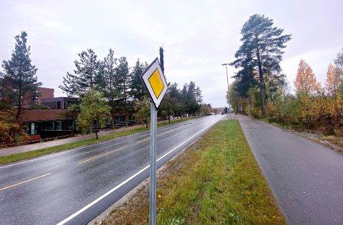 FORKJØRSRETT: Det nye skiltet som på sikt, og kanskje, skal fortelle at Kirkevegen blir forkjørsveg.