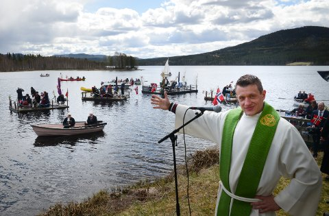 KANSKJE SLIK: Kanskje blir det en slik nasjonaldag igjen på Vermundsjøen, med blant annet andakt ved sokneprest David andre Tys.
