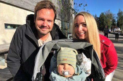 STEMTE RØDT: Anders og Anette Hovland valgte samme parti. Leonel på 11 måneder må vente noen år før han får lov å stemme.