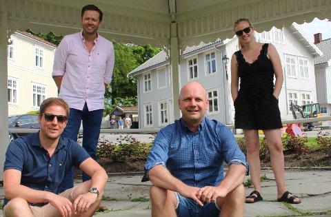 Anders Johansen (foran til venstre) har overlatt ledervervet i styret i Breviksrevyen til Jarle Fjeldseth Johnsen. Med i styret er også  Steinar Planting og Anne Malin Halvorsen, og Anders Johansen fortsetter som styremedlem.