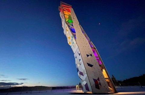 Dette klatretårnet OVER i Lillesand er 48 meter høyt. Vidar Tellefsen og Langrønningen AS vil bygge et klatretårn på 75 meter på Langrønningen i Bamble. Klatrere kan klatre på utsiden av tårnet. Innvendig blir det trapper og heis opp til utsiktsplassen på toppen.