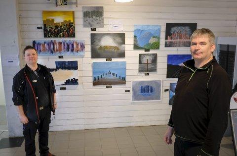 Utstillingslokale: Bare i perioden august til februar, malte Reidar Ystenes 55 bilder (t.h.). Her sammen med kjøpmann Geir Nilsen fra Rema 1000. Foto: Øyvind Bratt