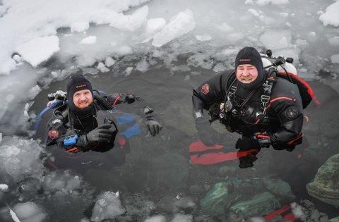 Far og sønn Lamar og Jared Hires er klare for å dykke ned i grotta.
