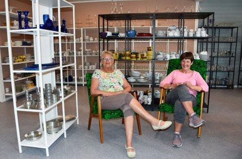 Turid Dehlin og Torill Haugen er mer enn klare til å gjenåpne butikken tirsdag. - Det har blitt så fint, sier Dehlin.