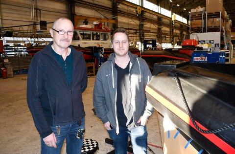 Avdelingsleder ved båtproduksjon i Helgeland Plast, Yngvar Tønder (t,.v.), her sammen med salgssjef Freddy Braseth, ser for seg en rask utvikling av elbåter.